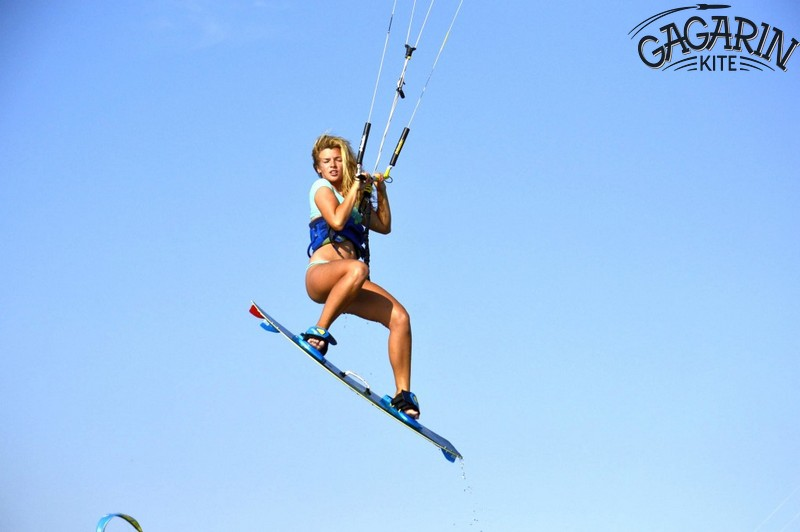 Девочка-инструктор-прыжок-на-кайте-обучение-кайтсерфингу-в-Крыму-фото