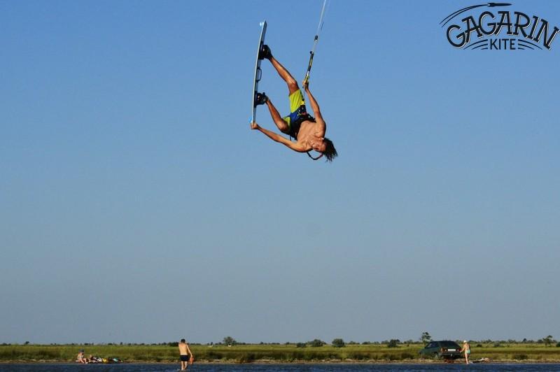 Саша-летает-обучение прыжкам на кайте в межводном крым фото