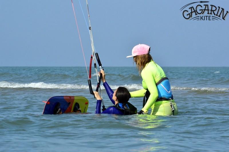 Старт из воды на доске с кайтом обучение кайтсерфингу в Крыму фото