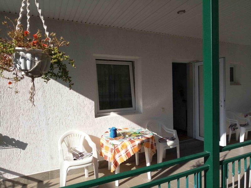 Uyutnyiy-dvorik-Balkon-Mezhvodnoe foto