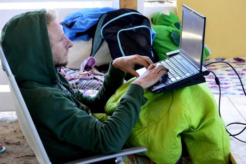 Интернет на кайт станции Гагарин в Крыму Межводжное фото человек за работой