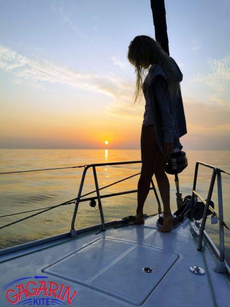 Девушка на яхте кайт сафари в Греции на парусной яхте фото